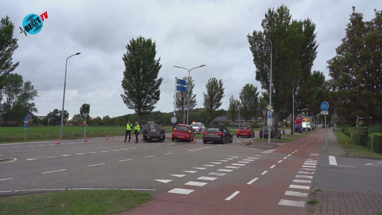 Auto op zijn dak in Limmen na aanrijding (25 september 2021)