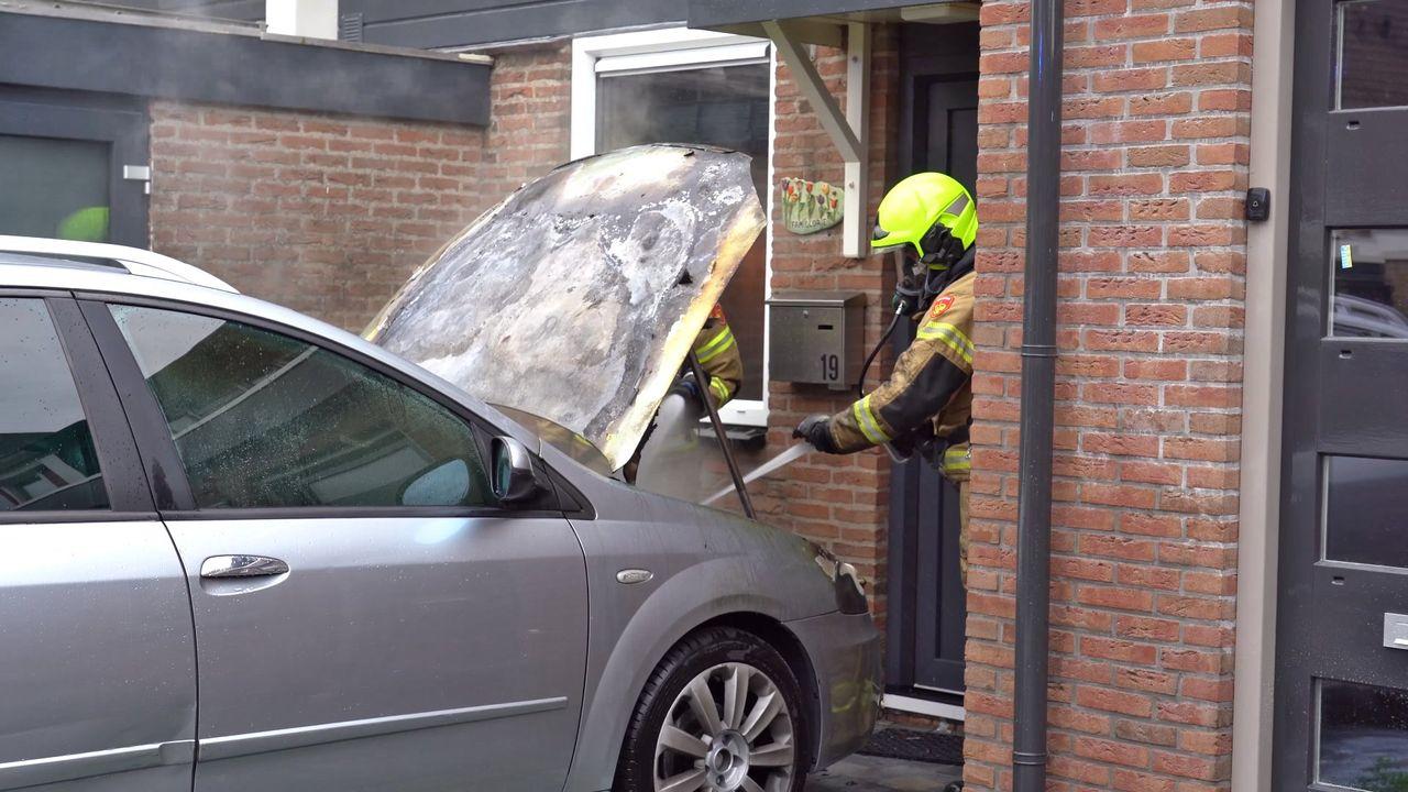 Auto door brand verwoest [FOTO'S & VIDEO]